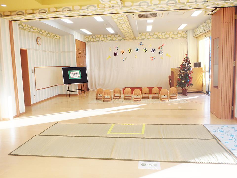 パーテーションを開けると、大きなお部屋に変身し、誕生会や発表会の会場になります。