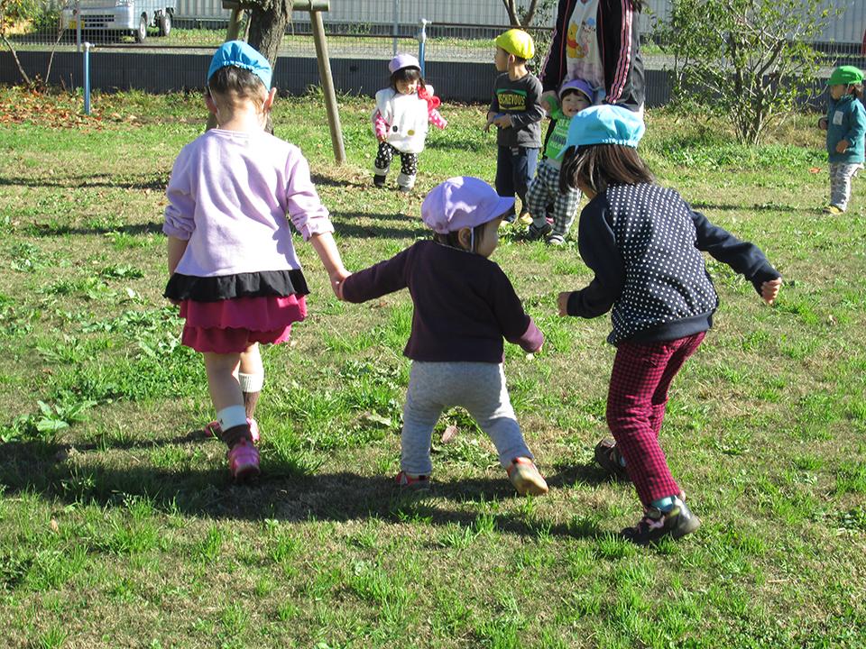 園庭には大きな遊具があり、全身を使ってダイナミックに遊ぶことが出来ます。